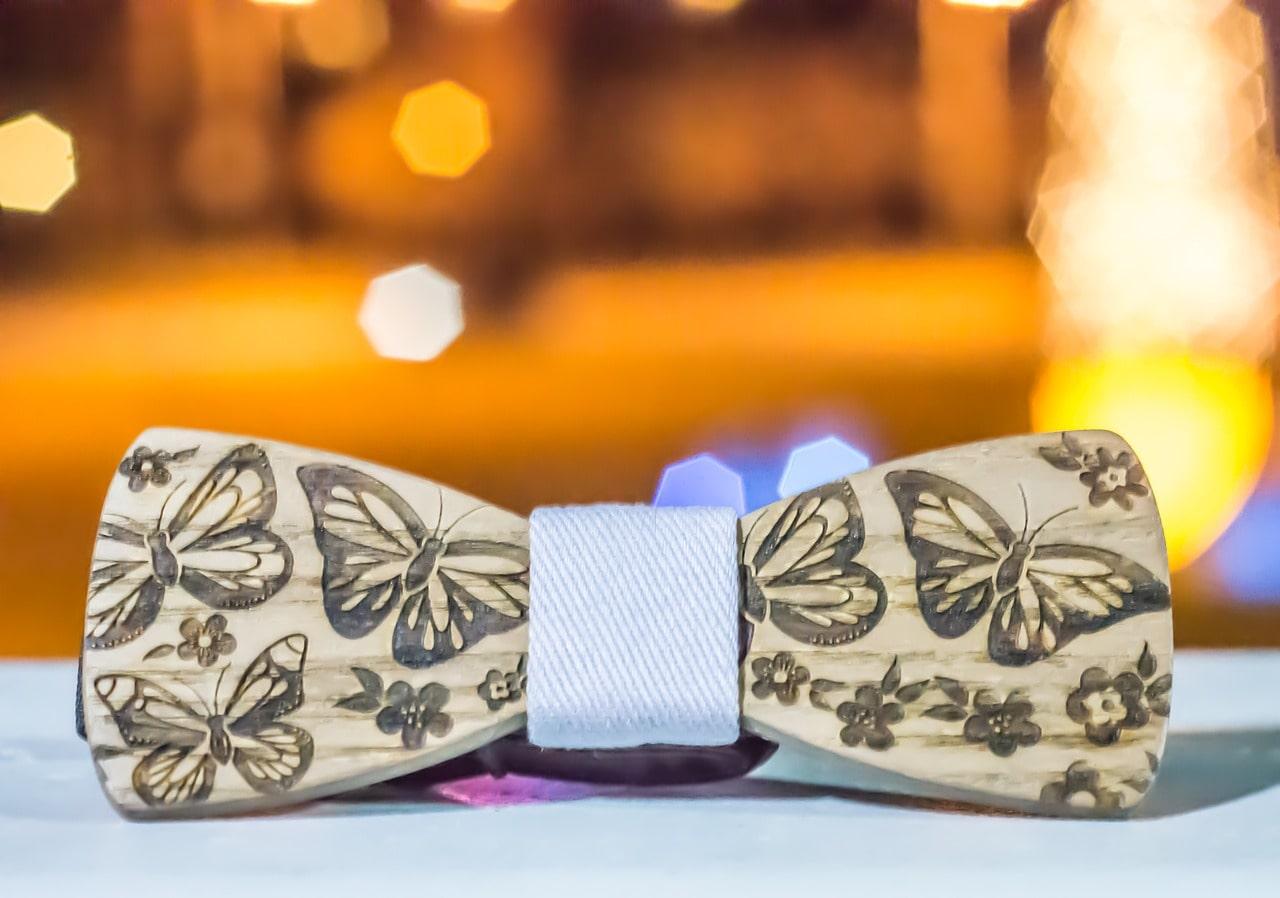 Quel costume choisir avec un nœud papillon en bois?