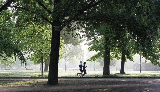 Comment porter un jogging noir femme ?