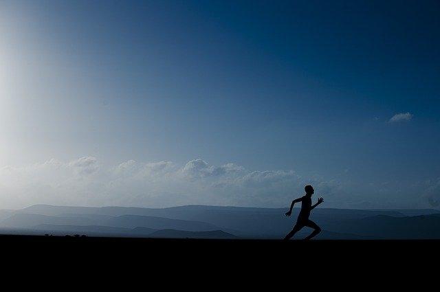 Comment une fille doit porter un jogging ?