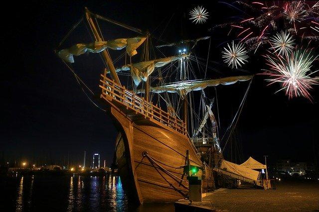 feu d'artifice près d'un navire